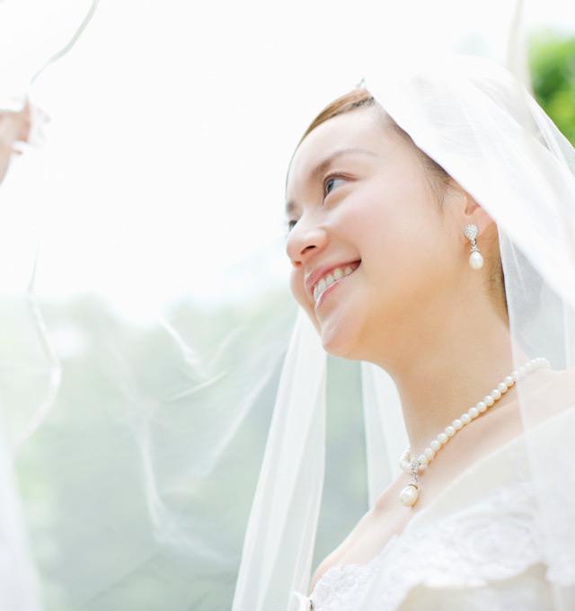 ウェディングドレスを着た女性